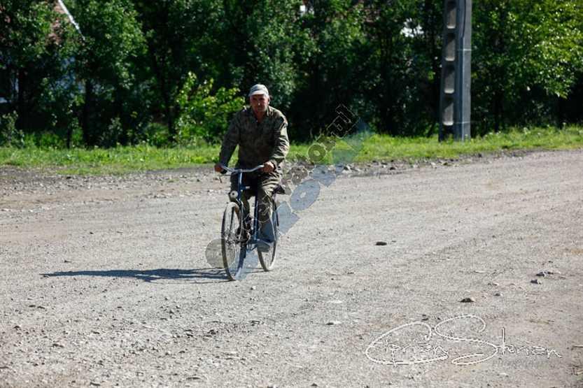 Biciclist pe drum comunal